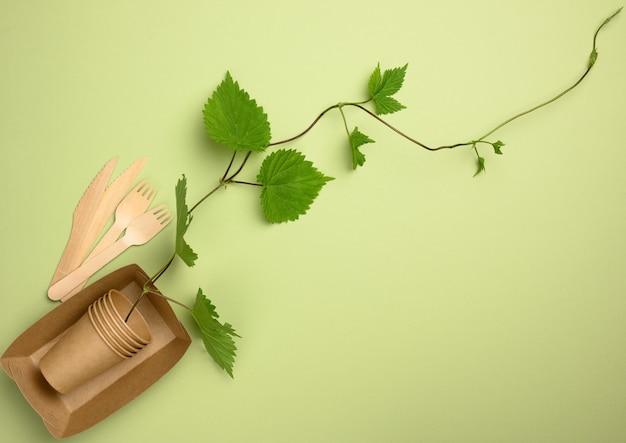 Brązowe papierowe talerze i jednorazowe kubki. koncepcja unikania plastikowych naczyń, oszczędzania środowiska, płaskiego układania