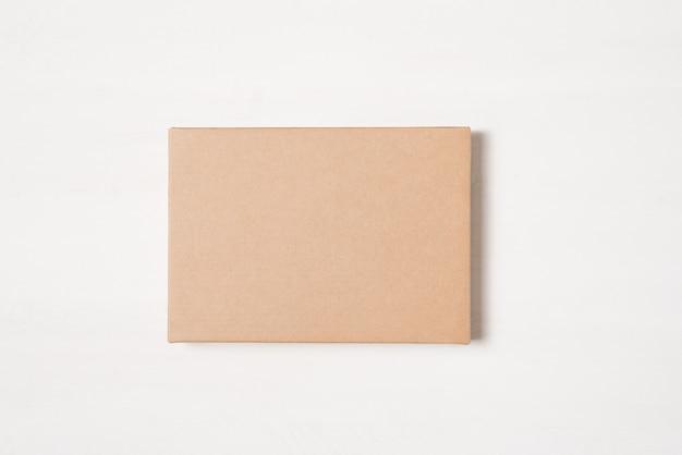 Brązowe prostokątne pudełko upominkowe