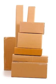 Brązowe pudełka kartonowe na białym tle