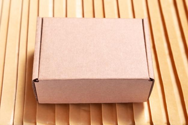 Brązowe pudełko kartonowe na wielu kopertach bąbelkowych