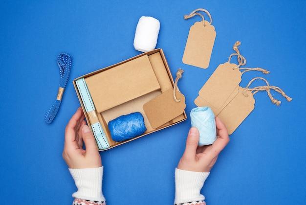 Brązowe pudełko kartonowe z zestawem świątecznego wystroju do pakowania prezentów