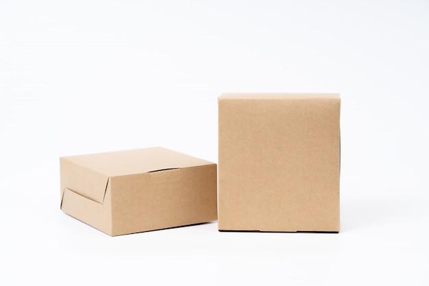 Brązowe pudełko papierowe do pakowania żywności. karton na białym.