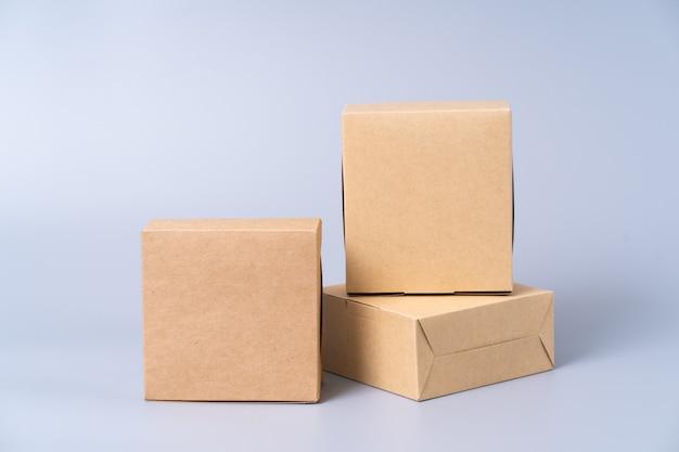 Brązowe pudełko papierowe do pakowania żywności. karton na szarym.