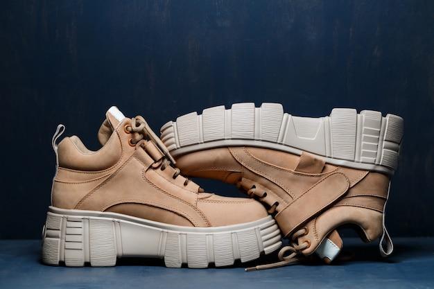 Brązowe skórzane buty damskie na szarym tle. trend modowy