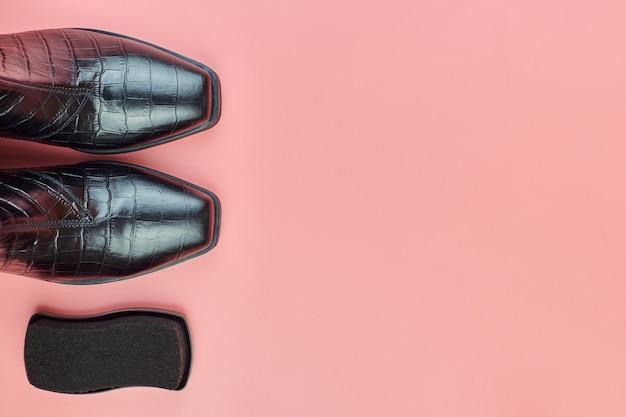 Brązowe skórzane buty na różowym tle