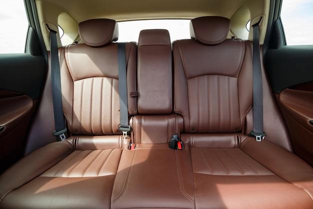 Brązowe skórzane fotele w nowym samochodzie. tapicerka wewnętrzna z prawdziwej skóry.