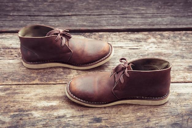 Brązowe stylowe buty na drewnie, w kolorze retro