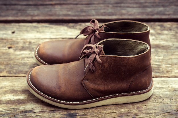 Brązowe stylowe buty na drewnie