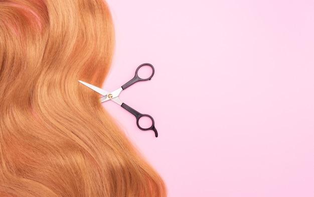 Brązowe sztuczne włosy na różowo i nożyczkach