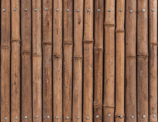 Brązowe tło łodyg bambusa, drewniany płot.