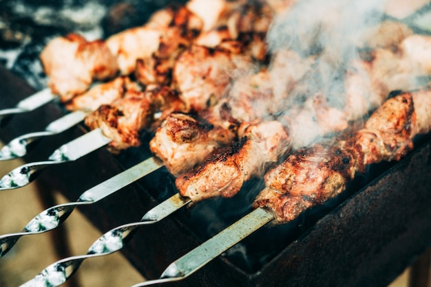 Brązowe tosty szaszłyki wieprzowe mięso na grillu węglowym.