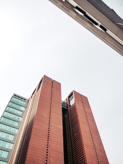 Brązowe wieżowce na dużej ulicy