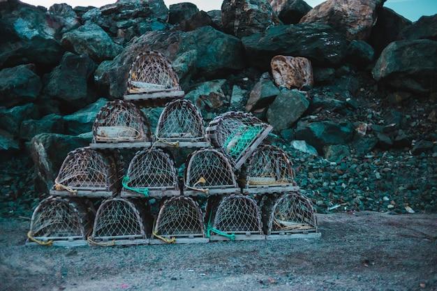 Brązowe wiklinowe kosze w kształcie piramidy