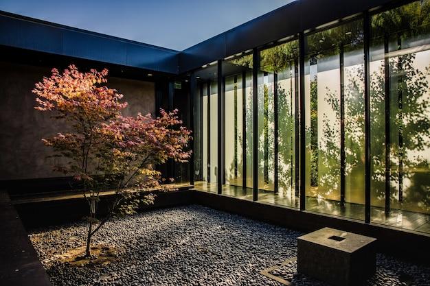 Brązowo-czarna drewniana ławka w pobliżu szklanego okna