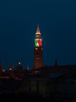 Brązowo-czerwona wieża w porze nocnej