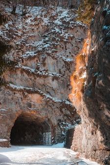 Brązowo-szara formacja skalna