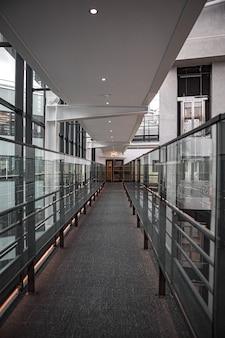 Brązowo-szary korytarz ze szklanymi oknami