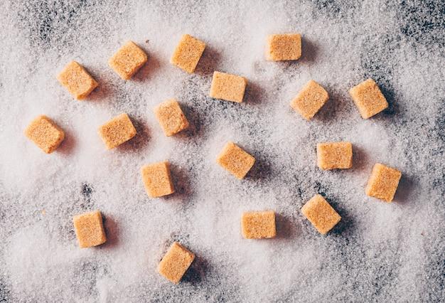 Brązowy cukier na proszku cukrowym. widok z góry.