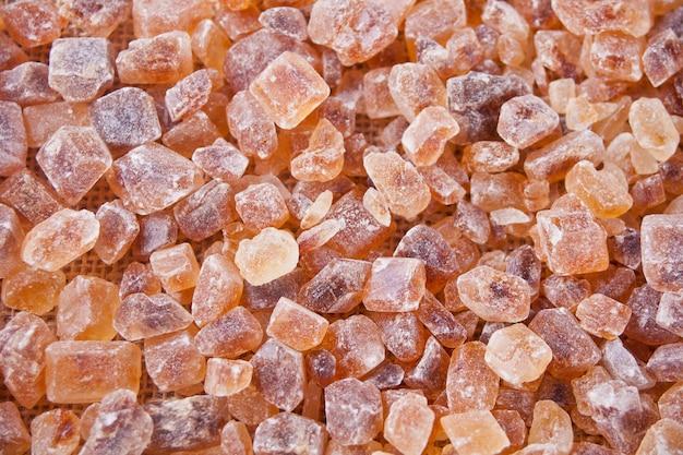 Brązowy cukier rock organiczny krystaliczny. ścieśniać. widok z góry.