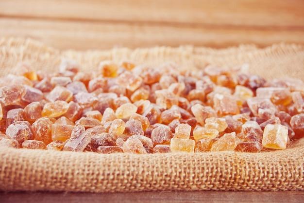 Brązowy cukier skalny organiczny krystaliczny na serwetce jutowej