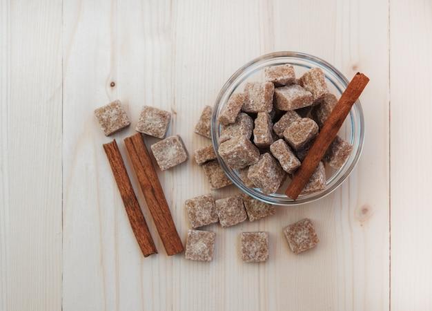 Brązowy cukier trzcinowy i cynamon na drewnianym stole