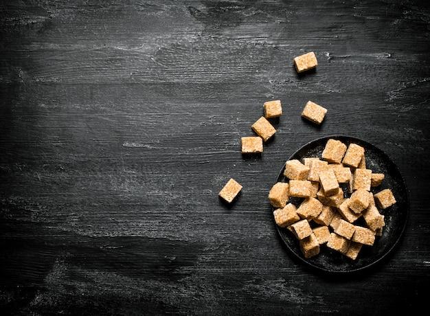 Brązowy cukier trzcinowy na patelni