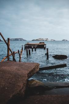 Brązowy drewniany dok w morzu w ciągu dnia