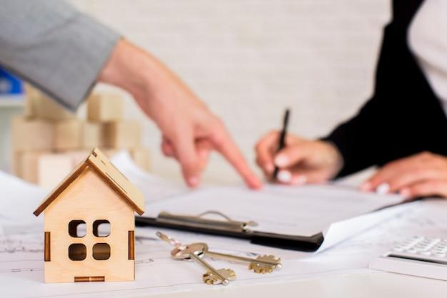 Brązowy drewniany domek z kluczami