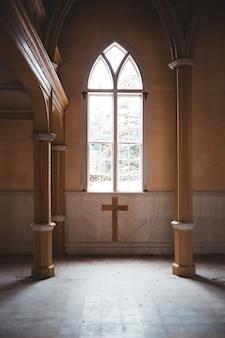 Brązowy drewniany krzyż na brązowe drewniane drzwi