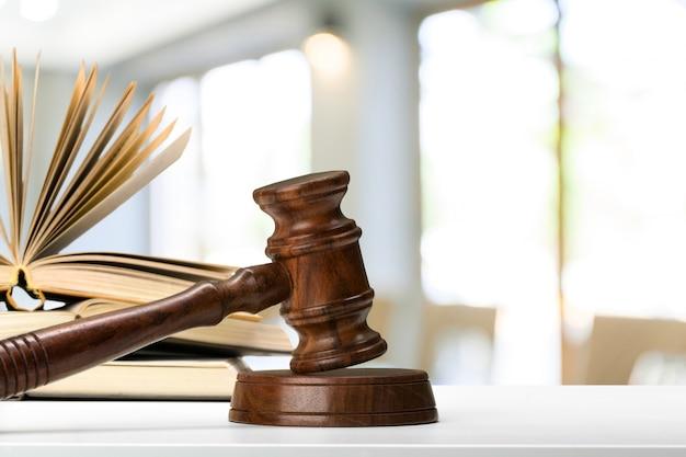 Brązowy drewniany młotek sędziego