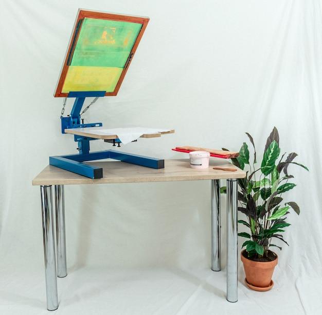 Brązowy drewniany obraz w ramie na białym stole