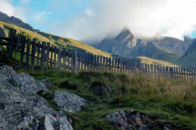 Brązowy drewniany płot obok góry