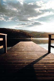 Brązowy drewniany pomost na jeziorze w ciągu dnia