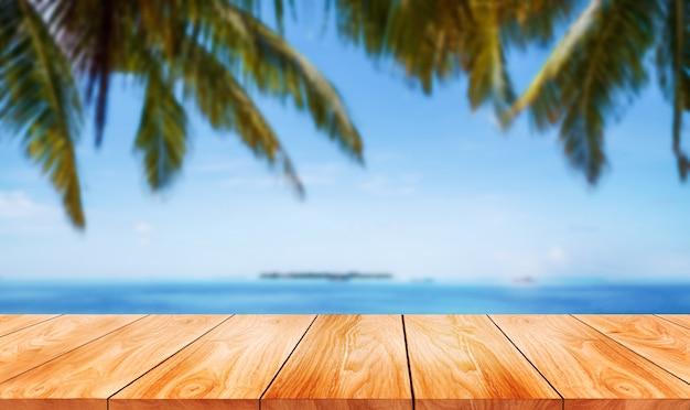 Brązowy drewniany stół na letniej tropikalnej plaży z pustym miejscem na kopię na stole do makiety wyświetlania produktów.