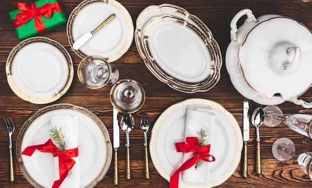 Brązowy drewniany stół z pięknym świątecznym stołem