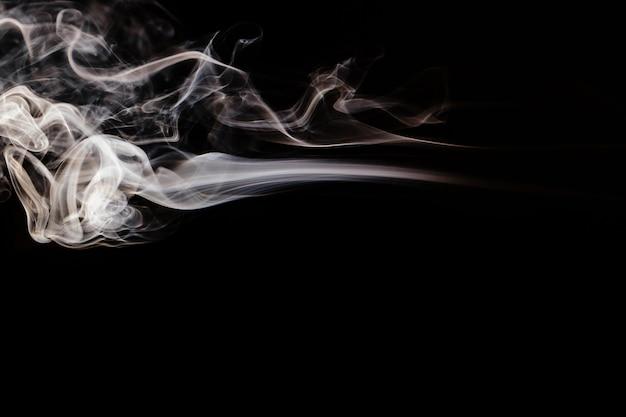 Brązowy falisty dym na czarnym tle