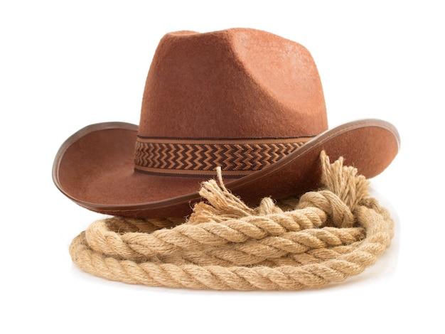 Brązowy kapelusz kowbojski i liny na białym tle