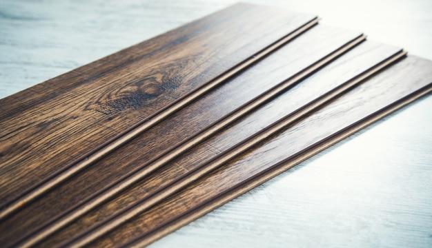 Brązowy laminat na tle biały drewniany stół