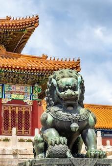 Brązowy lew przed salą najwyższej harmonii w zakazanym mieście w pekinie w chinach