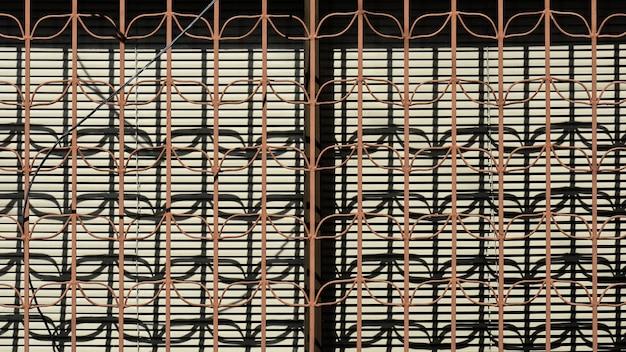 Brązowy metalowy płot i cień