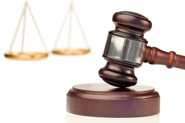 Brązowy młotek i skala sprawiedliwości