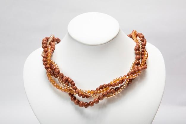 Brązowy naszyjnik biżuteryjny wykonany z koralików