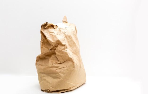 Brązowy pakiet do dostawy na białym tle