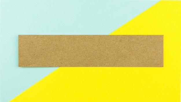 Brązowy papier na niebieskim i żółtym tle papieru.