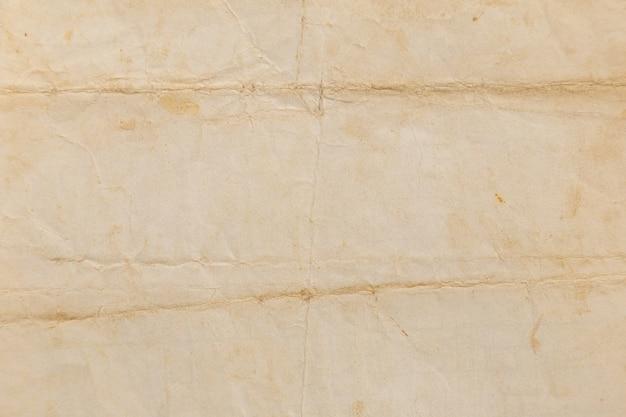 Brązowy pomarszczony papier z recyklingu lub tekturowa powierzchnia z opakowania papierowego