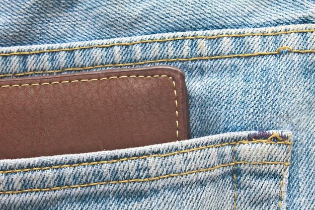 Brązowy portfel w tylnej kieszeni jeansów