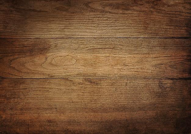 Brązowy porysowany drewniana deska do krojenia.