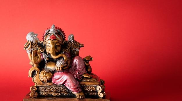 Brązowy posąg ganesha ze złotą teksturą