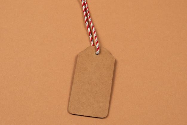 Brązowy pusty tag na brązowym tle.