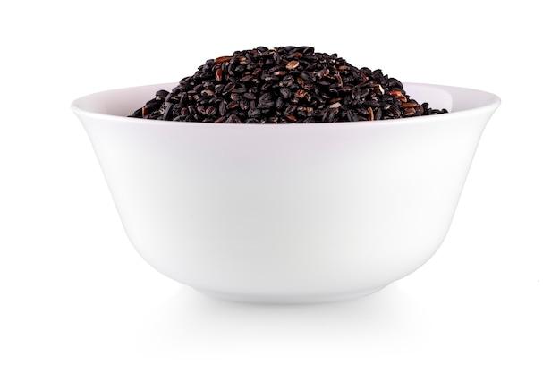 Brązowy ryż w pucharze na białym tle